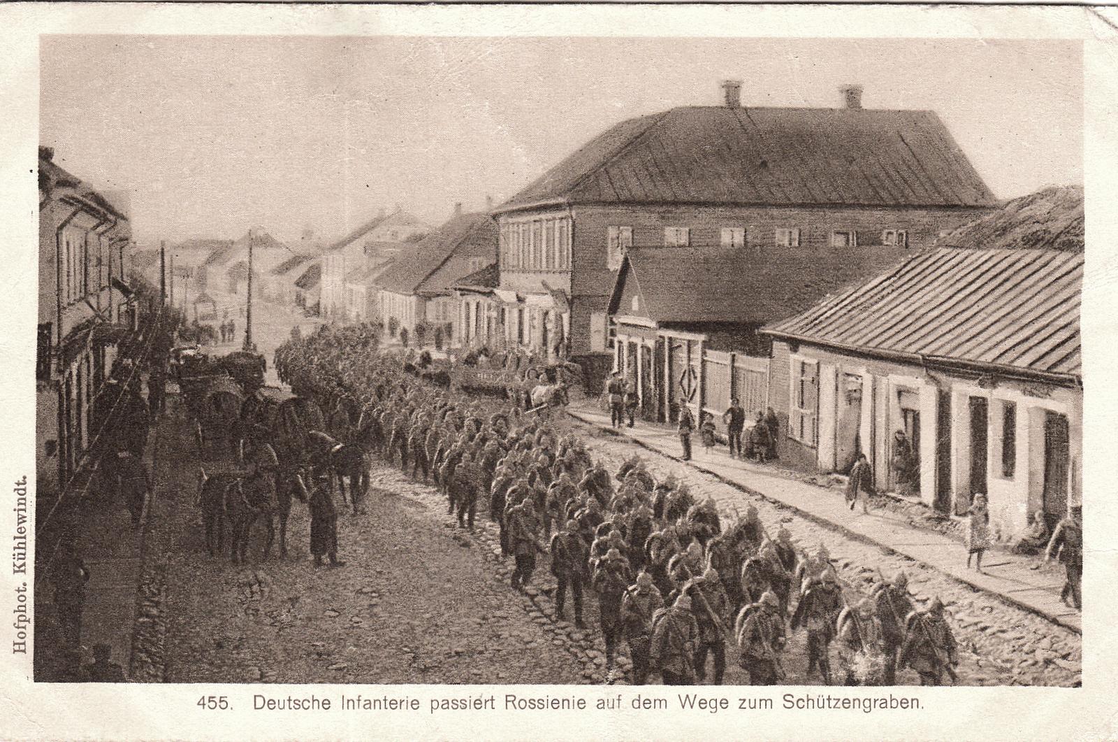Raseiniai -  Deutsche Infanterie passiert Rossienie auf dem Wege zum Schützengraben