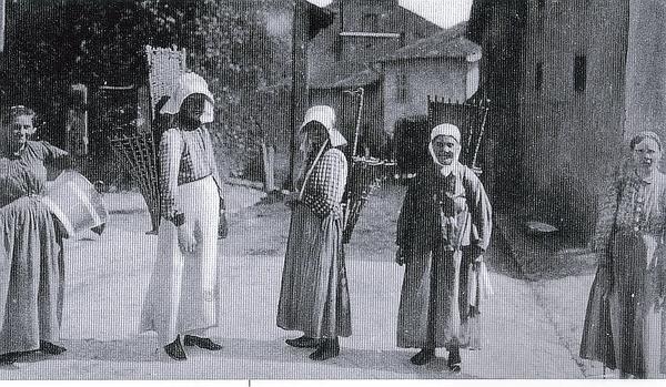 Marange-Silvange - MARANGE-SILVANGE (57), Vigneronnes dans les Rues du village, vers 1900.