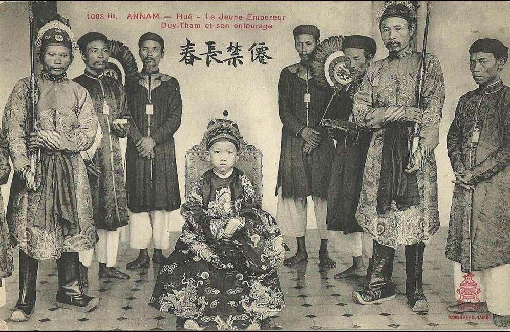 Hué -  ANNAM  Hué.  Le Jeune Empereur Duy Tham et son entourage.