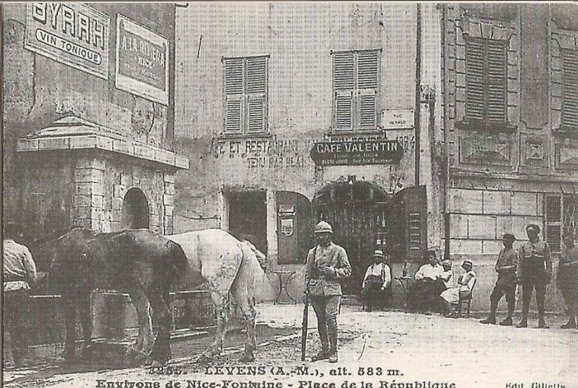 Levens - Levens - Place de la République et sa fontaine - Le Café Valentin au début de la rue Héraud
