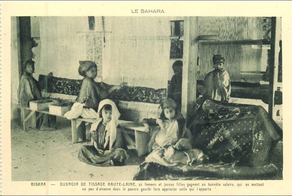 Biskra - ALGERIE 135 - CPA bBISKRA ouvroir de tissage haute laine  femmes et jeunes filles vieux métiers belle carte
