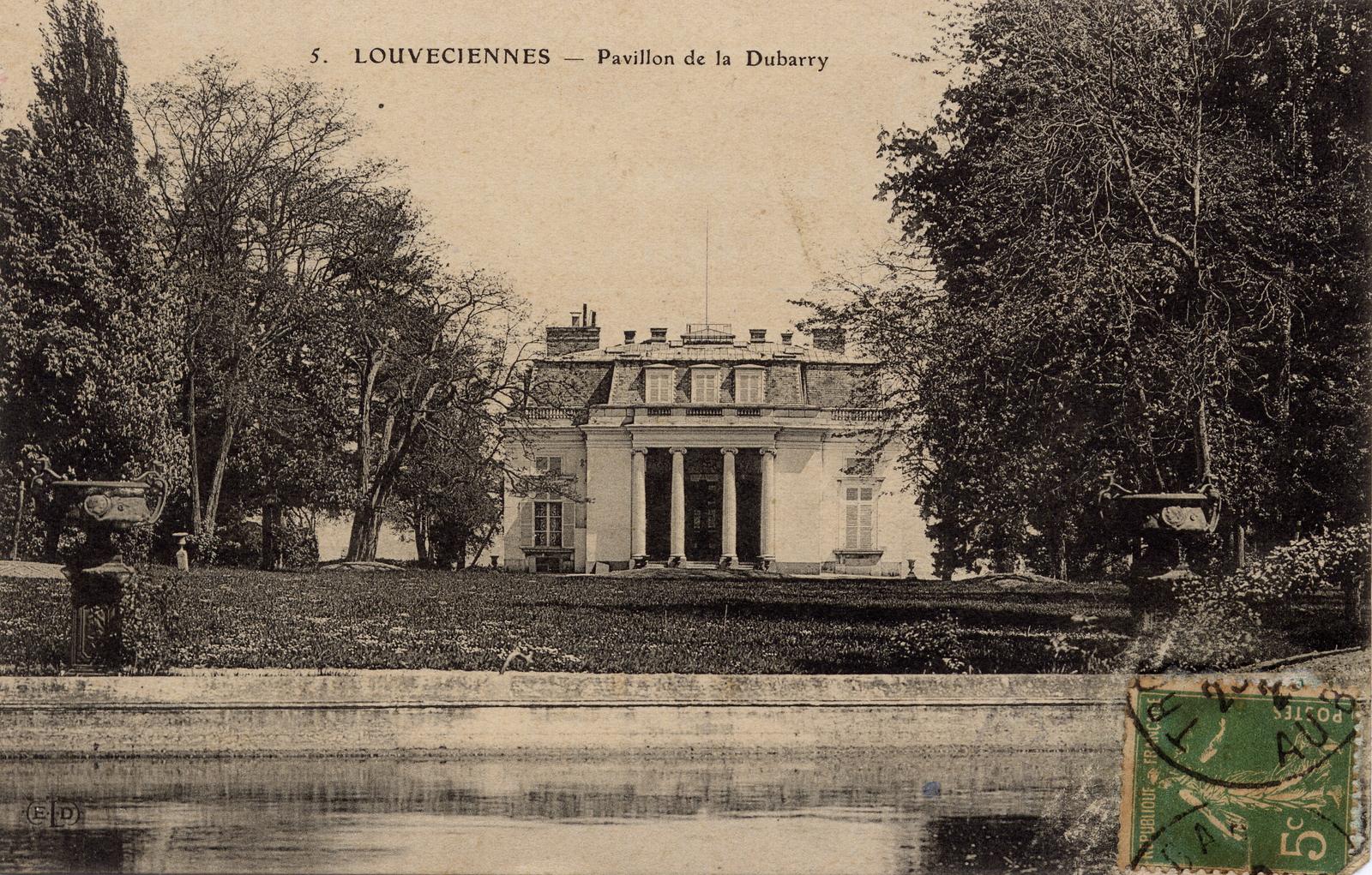 """Louveciennes - CHÂTEAU DU BARRY : Ancienne résidence d'Arnold de Ville, ingénieur de la machine hydraulique de Marly. La propriété, sous le règne de Louis XV fut offerte à Mme du Barry en 1771. Nicolas Ledoux fut chargé par le roi d'établir les plans d'un pavillon de musique dans le parc. Restauré par l'architecte Gabriel et les ébénistes Guibert et Rousseau en 1769, le château reste en sa possession jusqu'en 1793. L'époque du Barry marque un moment important de l'histoire de l'art avec les tableaux de Greuze à Vernet, les sculptures, la vaisselle et les meubles. De 1818 à 1846, le banquier Pierre Laffitte restaure le château. Le financier anglais Bowes et son épouse Mlle Delorme, actrice et peintre, y donnent de grandes réceptions sous le Second Empire. Le banquier Salomon-Hayun Goldsmith et son fils Léopold, propriétaire du château dans le dernier quart du XIXème siècle, remplacent l'entrée du château par une grille en fer forgé et font construire par l'architecte Goury, en brique et en pierre, le """"pavillon de la grille"""". Ces éléments monumentaux contrastent avec le château du Barry, mais sont typiques de l'époque du métal Dans les années 1980, le château, comme ceux de Rosny-sur-Seine et de Millemont fut acquis en vue d'une exploitation commerciale par un couple étranger, Kiiko Nakahara et Jean-Paul Renoir (de son vrai nom Jean-Claude Perez-Vanneste), via une société japonaise du père de Mme Nakahara, M. Hideki Yokoi, appelée Nippon Sangyō KK. Le couple dispersa tout le mobilier, et laissa le bâtiment à l'abandon. Squatté, le château subit diverses dégradations et, en 1994, une tentative d'enlèvement de boiseries et d'une cheminée fut déjouée de justesse par la police. Le propriétaire japonais a alors remis la propriété en vente. Celle-ci a été achetée par un investisseur français qui l'a soigneusement restaurée."""