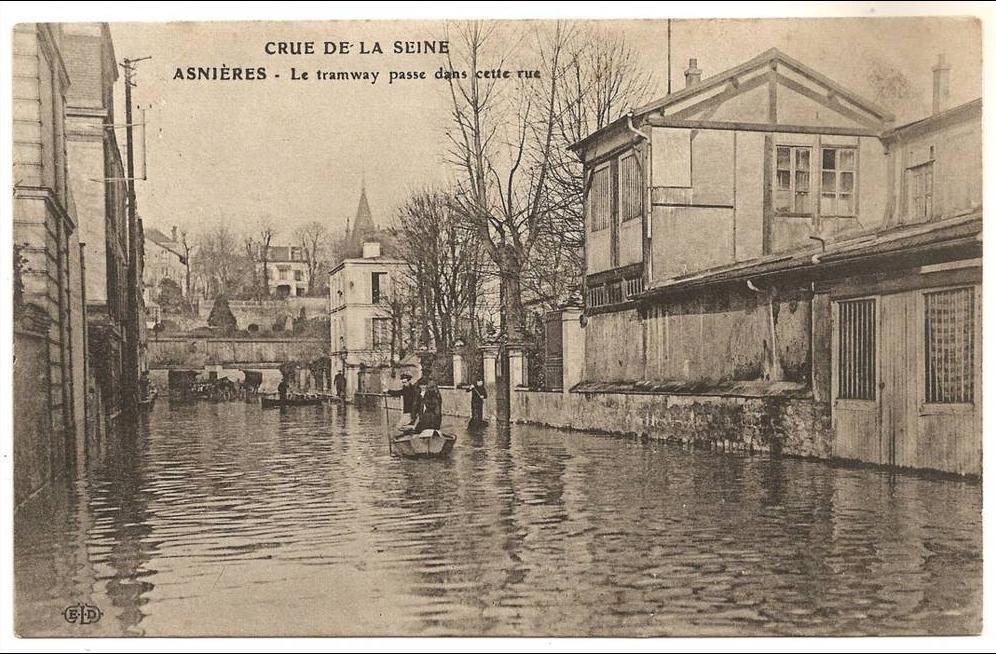 Asnieres sur Seine - Dept 92. Asnières. Le Tramway passe dans cette rue. Crue de la Seine. Petite animation ++.